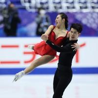 フィギュアスケートNHK杯の前日練習で滑るアイスダンスの深瀬理香子・張睿中組=東和薬品ラクタブドームで2020年11月26日(代表撮影)