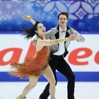 フィギュアスケートNHK杯の前日練習で滑るアイスダンスの小松原美里/ティム・コレト組=東和薬品ラクタブドームで2020年11月26日(代表撮影)