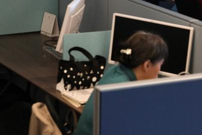 テレワークで人がまばらになった大手電機メーカーのオフィス=東京都港区で2020年11月4日午後1時5分、喜屋武真之介撮影