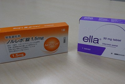 日本で承認されている先発薬「ノルレボ錠」(左)と、未承認の海外輸入薬=2019年