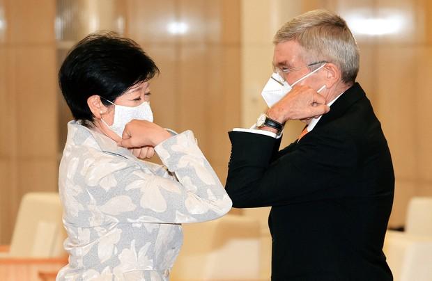 五輪開催に向け肘タッチをする東京都の小池百合子知事(左)とIOCのバッハ会長