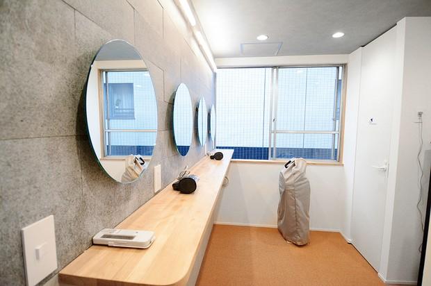 直営の「unito CHIYODAh」はカプセルルームが主体。女性専用フロアには鏡台も