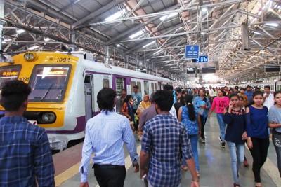 巨大都市ムンバイの中心にあるチャトラパティ・シバージー・ターミナス(CST)駅。ひっきりなしに通勤電車が発着する(写真は筆者撮影)