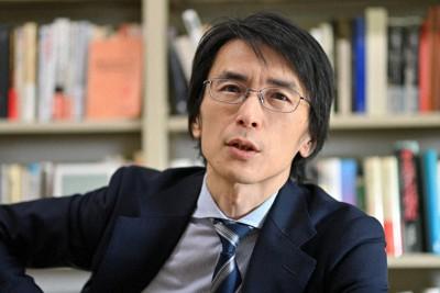 インタビューに答える東大の國分功一郎准教授=東京都目黒区で2020年11月19日、宮間俊樹撮影