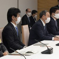 新型コロナウイルス感染症対策本部の会合で発言する菅義偉首相(前列左から3人目)。左端は新型コロナウイルス感染症対策分科会の尾身茂会長=首相官邸で2020年11月27日午後6時36分、竹内幹撮影