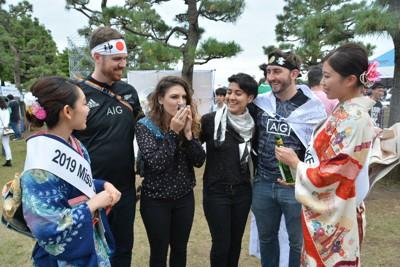 2019年10月にラグビー・ワールドカップのパブリックビューイング会場で日本酒を試飲する外国人。東京国税局が外国人向けに試飲会を企画した=横浜市で、二村祐士朗撮影