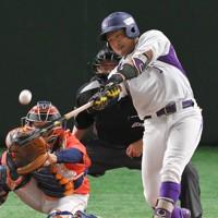 【日立製作所-ヤマハ】三回裏ヤマハ1死一、二塁、矢幡が左中間に2点二塁打を放つ=東京ドームで2020年11月27日、手塚耕一郎撮影