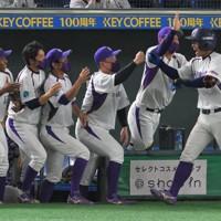 【日立市(日立製作所)-浜松市(ヤマハ)】五回裏浜松市2死一、三塁、3点本塁打を放ちベンチで迎えられる笠松(右端)=東京ドームで2020年11月27日、手塚耕一郎撮影