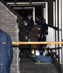 Investigators enter an apartment where the body of a baby was found, in the city of Kawaguchi, Saitama Prefecture, on the evening of Nov. 26, 2020. (Mainichi/Hayato Narisawa)