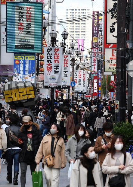 The Dotonbori area of the city of Osaka is bustling with shoppers during a three-day weekend, on Nov. 23, 2020. (Mainichi/Takao Kitamura)