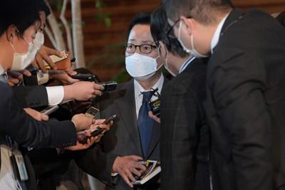 菅義偉首相との会談後、著作を手に記者団の質問に答える朴智元韓国国家情報院長=首相官邸で2020年11月10日、竹内幹撮影