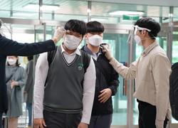 校舎の入り口で、体温のチェックを受ける生徒=韓国・ソウルの徳寿高校で2020年5月20日、渋江千春撮影