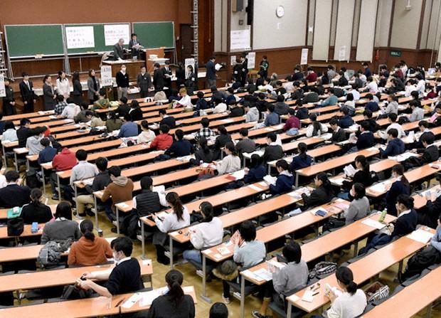 最後のセンター試験で開始時間を待つ受験生ら=東京都文京区の東京大学で2020年1月18日