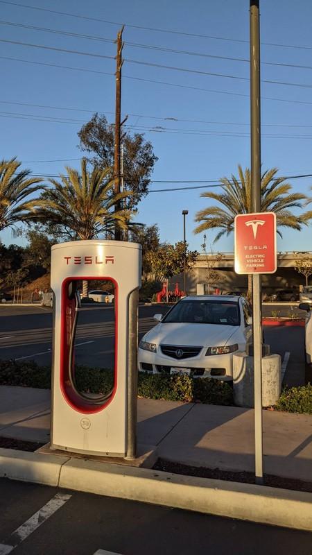テスラの充電ステーションはすぐに見つかる(ロサンゼルスのホテル駐車場)撮影:土方細秩子