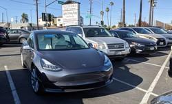 ロサンゼルスの駐車場ではどこでも見られるようになったテスラのEV(撮影:土方細秩子)