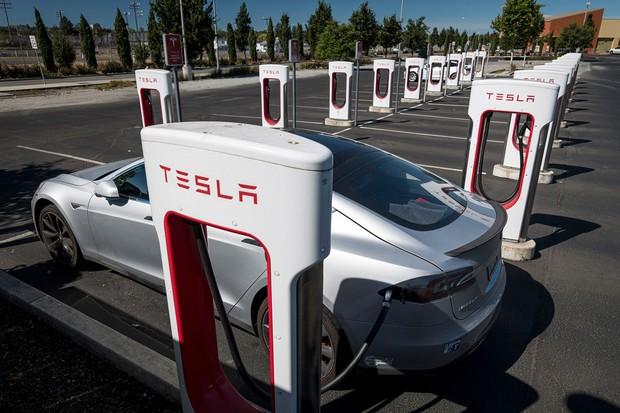テスラの充電ステーション(カリフォルニア、Bloomberg)