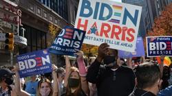 バイデン氏の当選が確実となり、喜ぶ支持者たち=米国東部ペンシルベニア州で