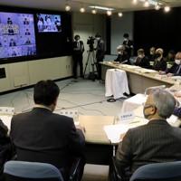 北海道の各管内をつないで開催された新型コロナウイルス感染症対策会議。右は鈴木直道知事=札幌市中央区で2020年11月26日午後4時19分、貝塚太一撮影