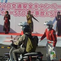 安全運転を訴える「ももいろクローバーZ」のメンバー=東京都江東区で2020年11月30日午後2時、柿崎誠撮影