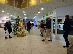 デンマークでも公共の場ではマスク着用が義務付けられるようになった=オーデンセ市のショッピングセンター「ローセンゴーセンター」で2020年11月24日、加藤幸夫氏撮影