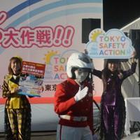 警察官と一緒にパネルを使って事故防止を呼びかけるももいろクローバーZのメンバー=東京都江東区の辰巳車両検問所で2020年11月30日午後2時40分、柿崎誠撮影