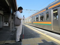 A visually impaired passenger is seen waiting for a train at the unmanned JR Yamamae Station in the city of Ashikaga, Tochigi Prefecture, on Nov. 18, 2020. (Mainichi/Tomoko Igarashi)