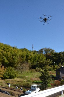 A drone is seen hovering over a field to search for a bear in the Tagamihonmachi district in Kanazawa, on Nov. 15, 2020. (Mainichi/Akihiro Fukao)