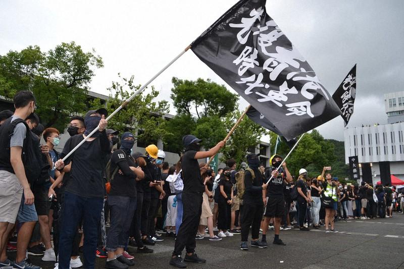 「光復香港 時代革命」(香港を取り戻せ 革命の時だ)と記した旗を振る若者たち=香港中文大で2019年9月2日、福岡静哉撮影