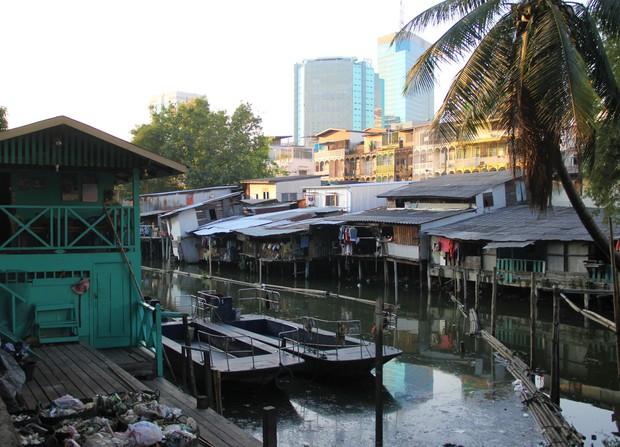 高層ビルの前に密集するバンコクのスラム街(筆者撮影)