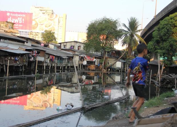 バンコクのスラム街を歩く子ども(筆者撮影)