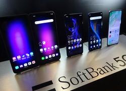 「5G」に対応したソフトバンクのスマートフォン=東京都内で3月、加藤明子撮影