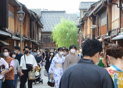 観光客らでにぎわうひがし茶屋街=金沢市内で2020年9月20日午後2時3分、山中宏之撮影