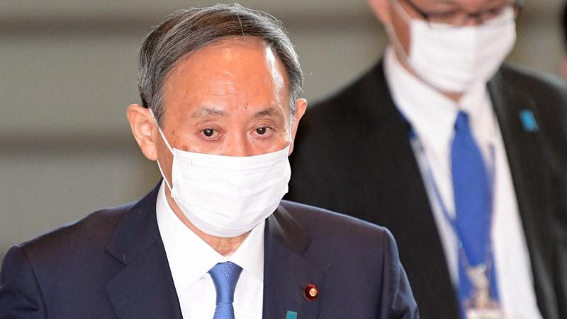首相官邸に入る菅義偉首相=東京都千代田区で2020年11月24日、竹内幹撮影