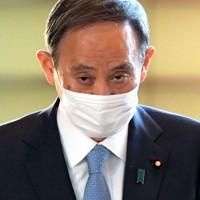 首相官邸に入る菅義偉首相=東京都千代田区で2020年12月1日午前8時16分、竹内幹撮影