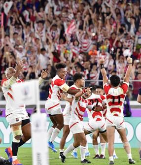 ラグビーW杯日本大会のスコットランド戦で勝ち、決勝トーナメント進出を決めて喜ぶ日本の選手たち=横浜・日産スタジアムで2019年10月13日、藤井達也撮影