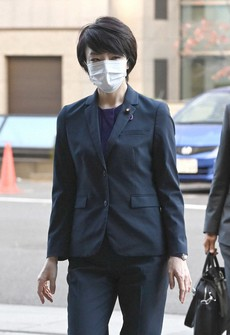 House of Councillors member Anri Kawai enters the Tokyo District Court for the first time since her release on bail, in this photo taken in the capital's Chiyoda Ward on Nov. 11, 2020. (Pool photo)