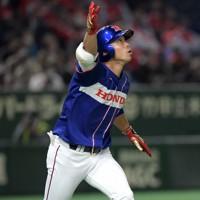 【狭山市(ホンダ)-東京都(セガサミー)】三回表狭山市無死、先制の右越え本塁打を放ち打球を見つめる鈴木=東京ドームで2020年12月2日、西夏生撮影