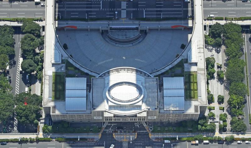 東京都議会議事堂=東京都新宿区で2017年6月19日午後2時11分、本社ヘリから長谷川直亮撮影