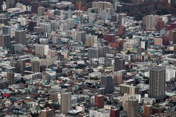 不動産を活用すれば、相続財産の評価額は下がられるが……(Bloomberg)