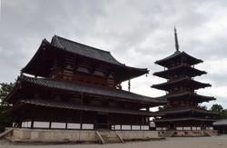 世界最古の木造建築とされる法隆寺の金堂(左)と五重塔