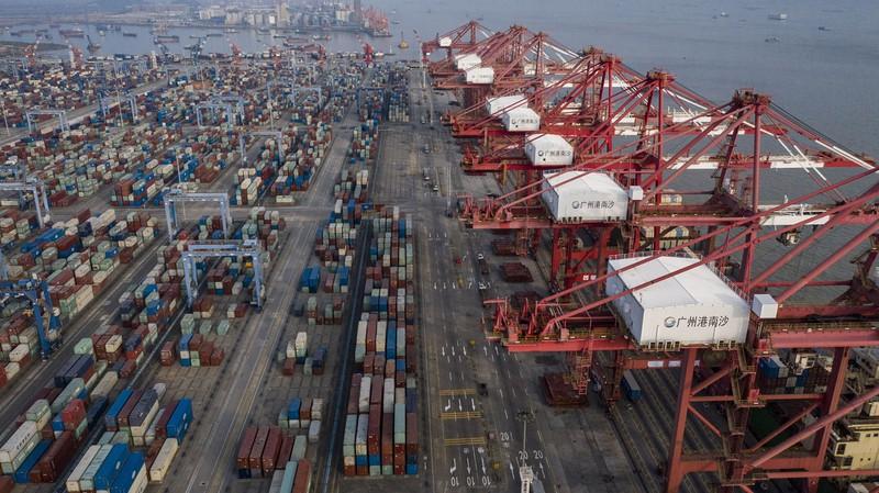 中国からモノを輸入する日本企業に影響も(中国・広州の南沙港)(Bloomberg)