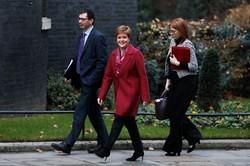 再び住民投票を実施する考えを示したスコットランドのスタージョン首相(中央)(Bloomberg)