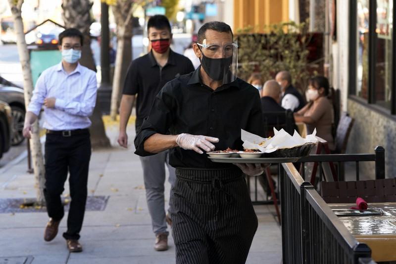 新型コロナの感染が再拡大する米国=カリフォルニア州パサデナで2020年12月1日、AP