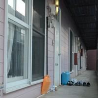 徳田容疑者が幼児の遺体を放置していたアパートの通路。玄関前には菓子などが供えられていた=北海道苫小牧市北光町4で2020年12月2日、平山公崇撮影