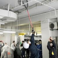 市役所の地下駐車場を逃げ回るサル=福岡市中央区で2020年12月3日午後1時15分、須賀川理撮影