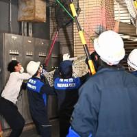 福岡市役所の地下駐車場を逃げ回るサル=福岡市中央区で2020年12月3日午後3時40分、徳野仁子撮影