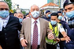 有罪判決を言い渡されたマレーシアのナジブ元首相(中央) (Bloomberg)