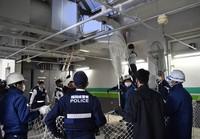 Assembled police and other officials are seen ready to capture the monkey, in Chuo Ward, Fukuoka, on Dec. 3, 2020. (Mainichi/Minoru Kanazawa)