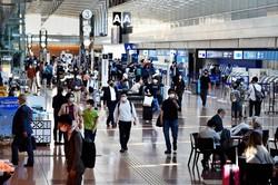 GoToトラベルに東京発着の旅行が適用された初の週末、旅行客らでにぎわう国内線出発ロビー=羽田空港で2020年10月3日午前9時31分、滝川大貴撮影