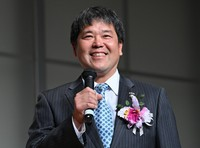 Katsunori Nomura, son of the late professional baseball manager Katsuya Nomura, who received the Mainichi sporting figure distinguished achievement award, is seen talking about his memories with his father during the award ceremony for the 2020 Mainichi sporting figure prizes in Tokyo's Bunkyo Ward on Dec. 4, 2020. (Mainichi/Toshiki Miyama)